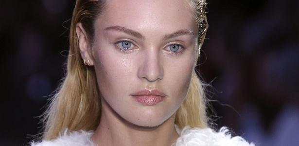 No desfile de verão de Giambattista Valli, a maquiagem das modelos foi feita com uma base iluminadora e com cobertura fresca e natural