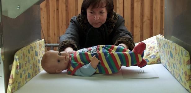 enfermeira-de-hospital-de-berlim-montra-o-funcionamento-da-babyklappe-21112010-1319103452744_615x300.jpg