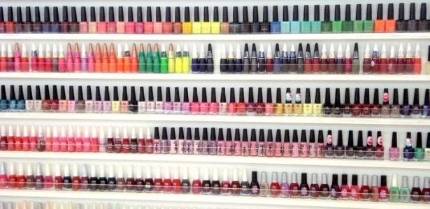 Prateleira de esmaltes da Lilac, que oferece serviço de manicure inspirado nos 'nail bars'