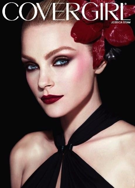 Novembro: A top Jessica Stam estrela a campanha da linha Runway, da Covergirl, que  desenvolvida em parceria com a top maquiadora Pat McGrath
