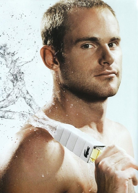 Novembro: O tenista americano Andy Roddick emplacou mais uma campanha em parceria com a Lacoste e continua como rosto do perfume Challenge