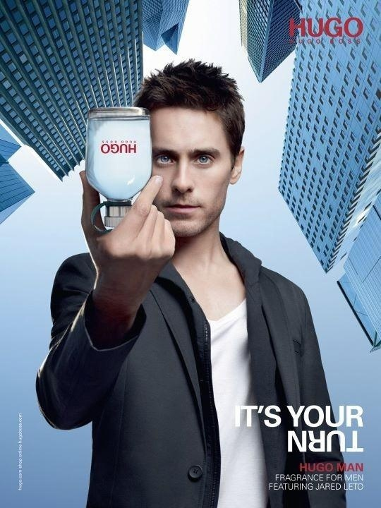 Dezembro: O ator Jared Leto repete parceria com a marca masculina Hugo Boss, em campanha para o perfume Hugo Man. As fotos foram feitas pelo diretor sueco Jonas Akerlund