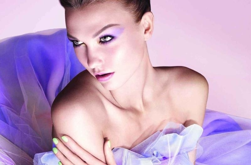 Dezembro: A top Karlie Kloss aparece na primeira foto da campanha de Vero 2012 da linha de beleza da Dior, antecipando as cores em tons pastel que devem fazer sucesso no prximo ano