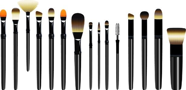 No mercado, há opções variadas de pincéis de maquiagem: para montar seu kit inicial, escolha apenas aqueles que tem certeza de que irá usar, como pó, base, blush e sombra (de aplicar e de esfumar)