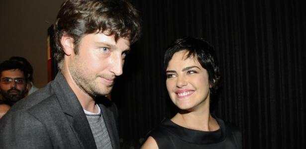 """Ana Paula Arósio com o marido na pré-estreia de """"Como Esquecer"""", último filme da atriz (7/10/2010)"""