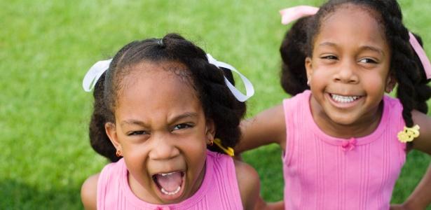Comparações entre gêmeos geram brigas  constantes entre irmãos e infelicidade de ambos