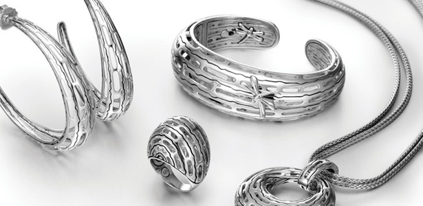 Peças da linha Hijau Dua, parceria entre Angela Lindvall e o joalheiro John Hardy, feitas com liga de prata reciclada