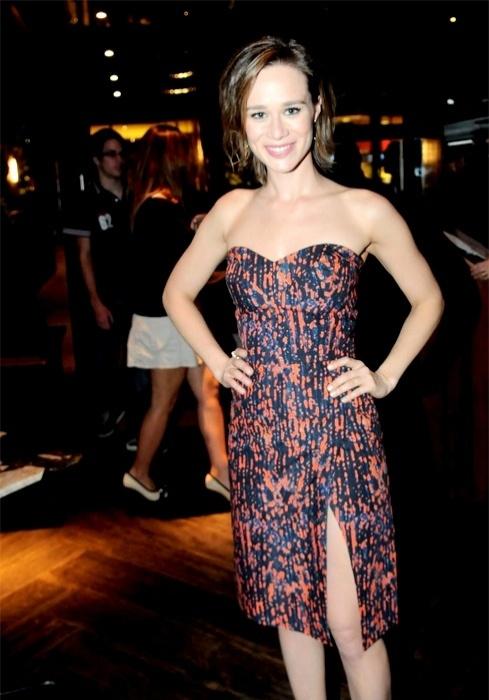 A atriz Mariana Ximenes com vestido Andrea Marques