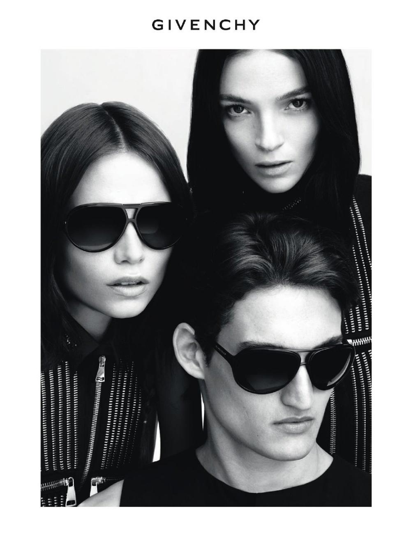 Abril 2011: A linha de óculos da Givenchy chamou as tops Mariacarla Bonascono e Natasha Poly para posar ao lado modelo Pablo Otero para sua campanha Verão 2011. As fotos foram feitas pela dupla Mert Alas e Marcus Piggott