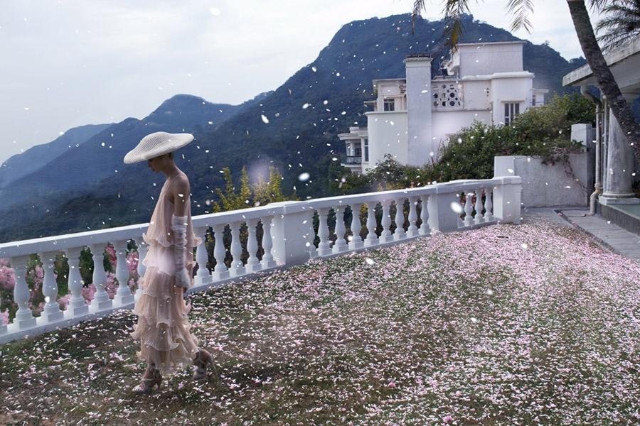 Abril 2011: A marca Hatwoman apresentou sua nova coleção de chapéus com campanha fotografada por Baldovino Barani. As imagens do Verão 2011 contaram com a modelo Miao Bin Si e beleza assinada por Karen Yiu