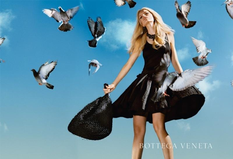 Maio 2011: A top tcheca Karolina Kurkova posou para as lentes de Alex Prager para o Verão 2011 da grife italiana Bottega Veneta