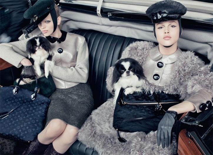 Maio 2011: A Louis Vuitton escalou as novas modelos Daphne Groeneveld e Anais Pouliot para sua campanha Inverno 2011. As fotos tiradas por Steven Meisel contaram ainda com estrelas caninas