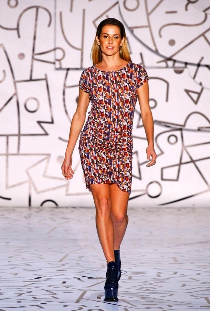 Deborah Secco desfile vestido justo para o Verão 2012 da TNG (02/06/2011)