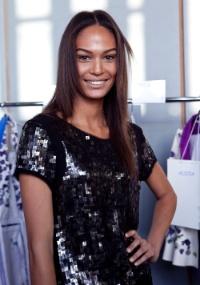 A modelo porto-riquenha Joan Smalls no backstage da Animale (13/06/2011)