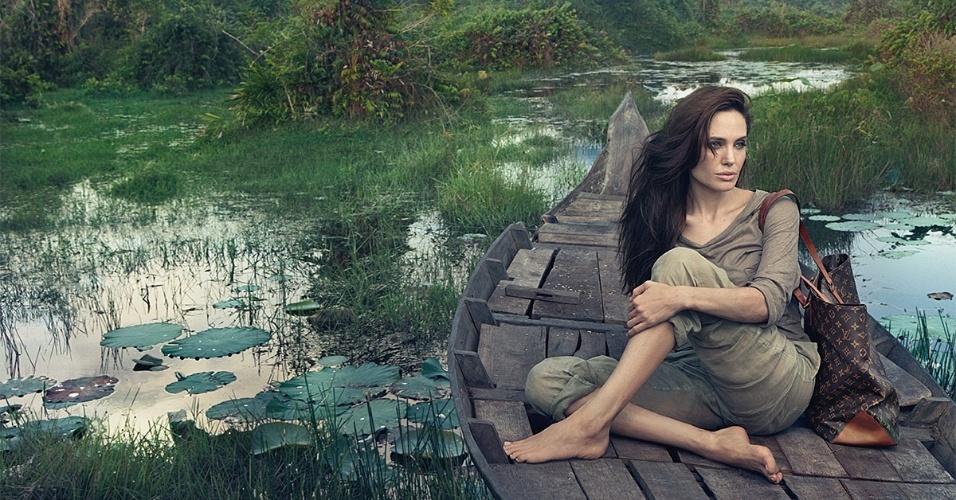 Junho 2011: A atriz Angelina Jolie posou para a renomada fotógrafa Annie Leibovitz para a campanha Core Values da grife Louis Vuitton. A estrela foi clicada no Camboja em maio por um cachê de 7 milhões de euros, que foi doado para caridade