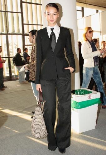 A modelo Bruna Tenório chegou ao camarim da marca Água de Coco usando look masculino