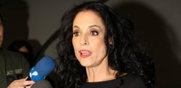 Sonia Braga dá entrevista após desfile de Adriana Degreas (17/06/2011)