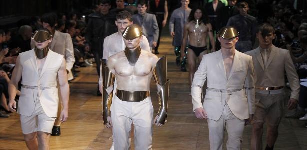Modelos apresentam criações dos estilistas Nicola Formichetti e Romain Kremer para o Verão 2012 da Mugler no primeiro dia da semana de moda masculina de Paris (22/06/2011)