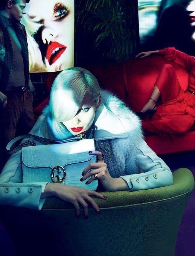 Julho 2011: A dupla de fotógrafos Mert Alas e Marcus Piggott clicou um amplo time de modelos para a campanha de Inverno 2011 da Gucci. Na foto, a top Abbey Lee Kershaw posa com look branco, com o modelo Lenz von Johnston ao fundo