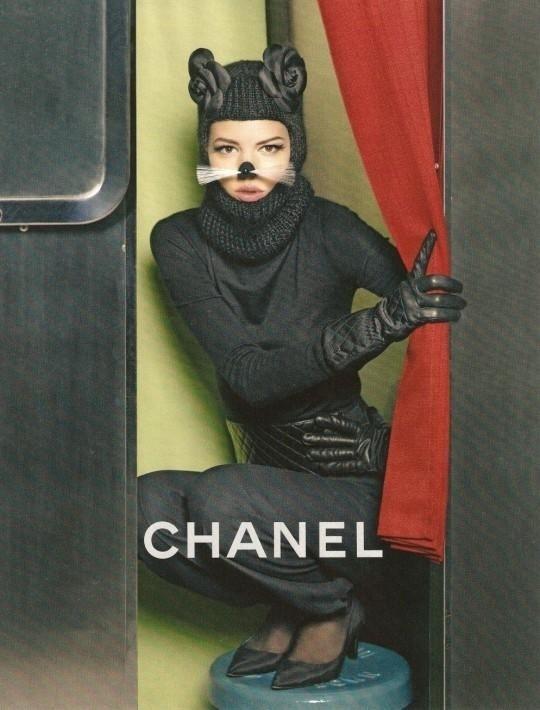 Julho 2011: Na nova campanha da Chanel, Karl Lagerfeld fotografou a modelo Fraja Beha Erichsen, caracterizada de gatinho fashion. O styling foi por conta da ex-editora da