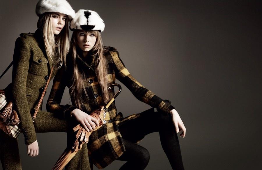 Julho 2011: Para a campanha de Inverno 2011, a Burberry se inspirou nos grandes festivais de música do mundo, estrelando as modelos Edie Campbell e Milly Simmons