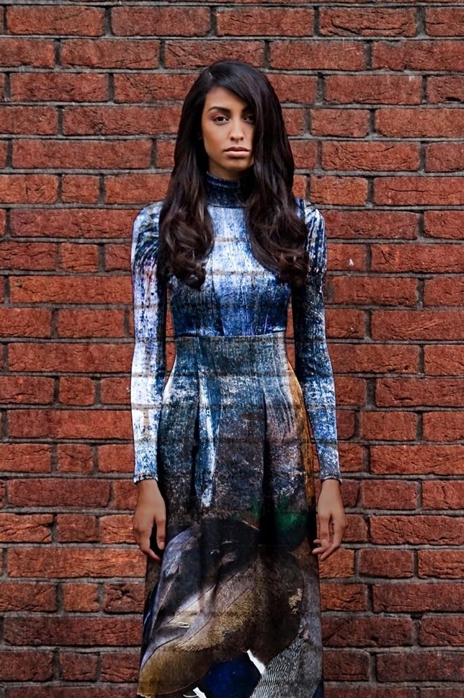 Agosto 2011: A modelo brasileira Mariana Salles posa para a fotógrafa Fernanda Calfat, nas ruas de Londres, sob o tema