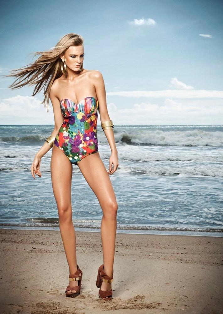 Agosto 2011: A top Carol Trentini posa para o fotógrafo Edu Rezende para a nova campanha da marca de moda praia Água de Coco
