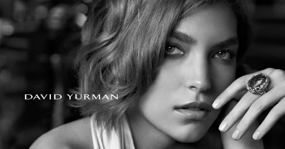 Agosto 2011: A marca de joias David Yurman chamou uma das modelos queridinhas do mundo da moda, Arizona Muse, para ser garota-propaganda de sua coleção Inverno 2011/12. As fotos ficaram a cargo de Peter Lindbergh