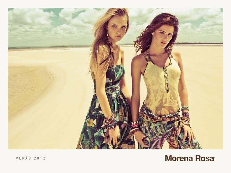 Agosto 2011: As tops Isabeli Fontana e Carol Trentini posam para a campanha de Verão 2012 da marca Morena Rosa