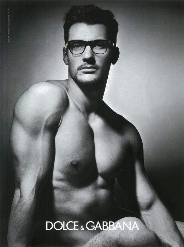 Setembro 2011: O modelo David Gandy posa nu para a campanha de Inverno 2011 da linha de óculos da grife italiana Dolce & Gabbana. Os cliques são do fotógrafo Mariano Vivanco