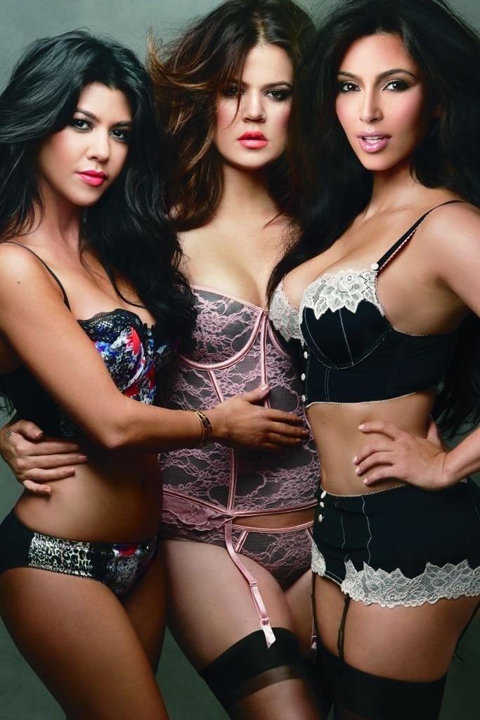 Setembro 2011: A fotógrafa Annie Leibovitz clicou a campanha de Inverno 2011 da coleção Kardashian para Sears. Na foto, as irmãs Kim, Kourtney e Khloé Kardashian, estrelas do reality show  Keeping Up with the Kardashians