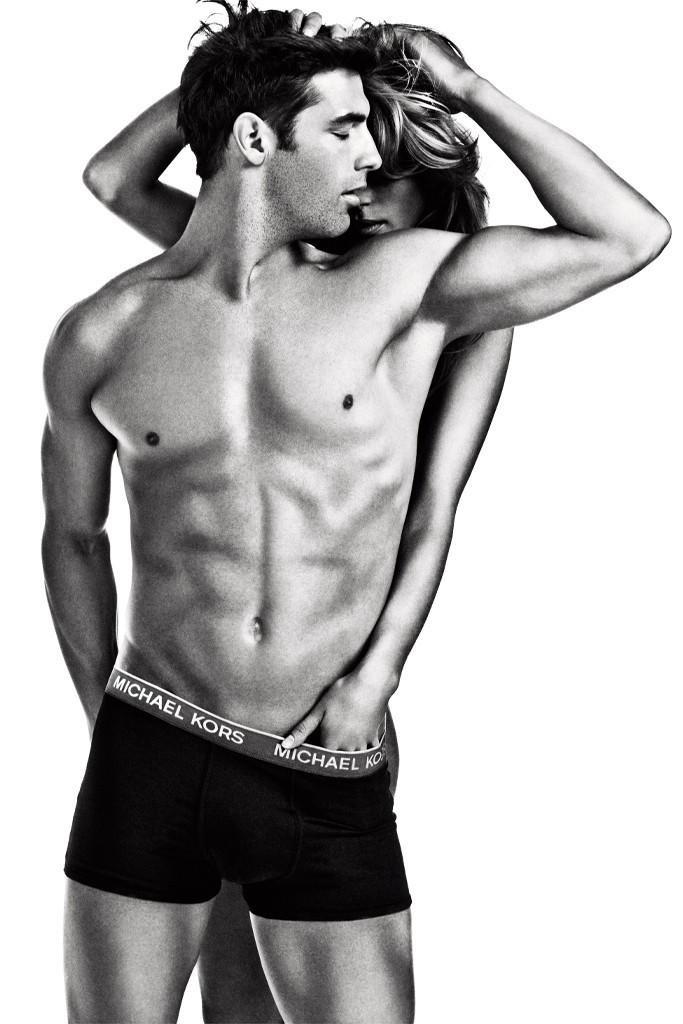 Setembro 2011: A campanha de Inverno 2011 da Michael Kors Underwear tem o modelo Cory Bond de cueca em cenas sensuais. As fotos foram feitas por Enrique Badulescu