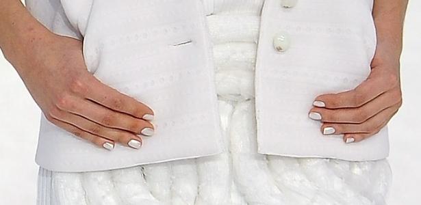 O esmalte branco perolado do desfile da Chanel Verão 2012 em Paris (04/10/2011)
