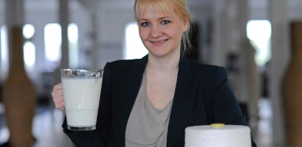 A estilista e microbiologista Anke Domaske posa com uma jarra de leite, matéria-prima para a fibra com que desenvolve suas peças