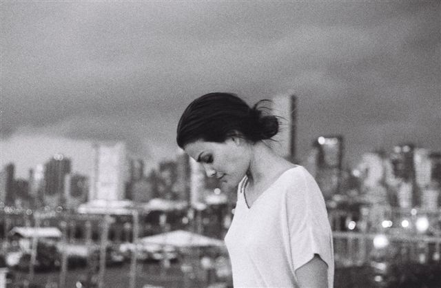 Outubro: Um ano após a gravidez, a brasileira Luciana Curtis volta ao trabalho em uma campanha para a marca Garoa com o tema