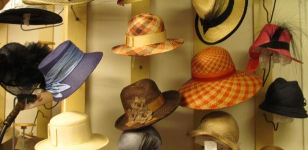 Modelos de chapéus para o verão expostos no ateliê Lilliput Hats em Toronto, no Canadá