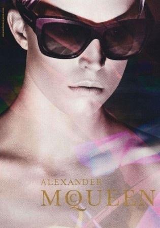 Outubro 2011: O preview da campanha da linha de óculos da grife Alexander Mc Queen conta com a top Raquel Zimmermann posando para o fotógrafo David Sims