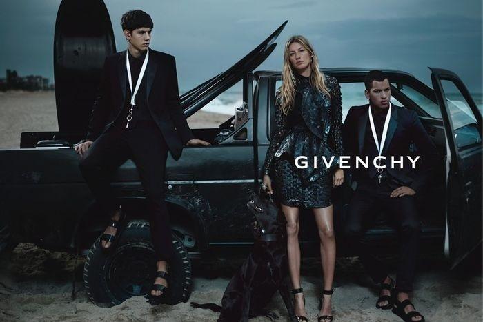Dezembro 2011: A üibertop Gisele Bündchen posa para a Givenchy em verão de ar sombrio clicado pela dupla Mert Alas e Marcus Piggot