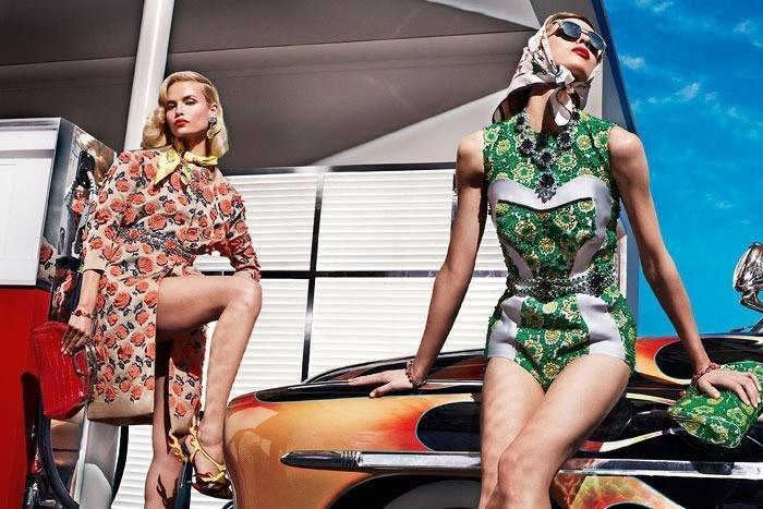 Dezembro 2011: A Prada escalou Natasha Poly (esq.) e Elise Crombez para sua campanha de Verão 2012. Enquanto Natasha é uma top reconhecida, essa é a primeira grande campanha no currículo da belga Elise