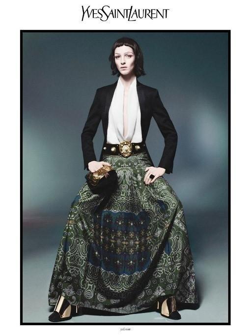 Dezembro 2011: A supertop italiana Mariacarla Boscono aparece na campanha de Verão 2012 da Yves Saint Laurent em foto de David Sims, A beleza leva a assinatura do cabeleireiro Guido Palau e da maquiadora Diane Kendal