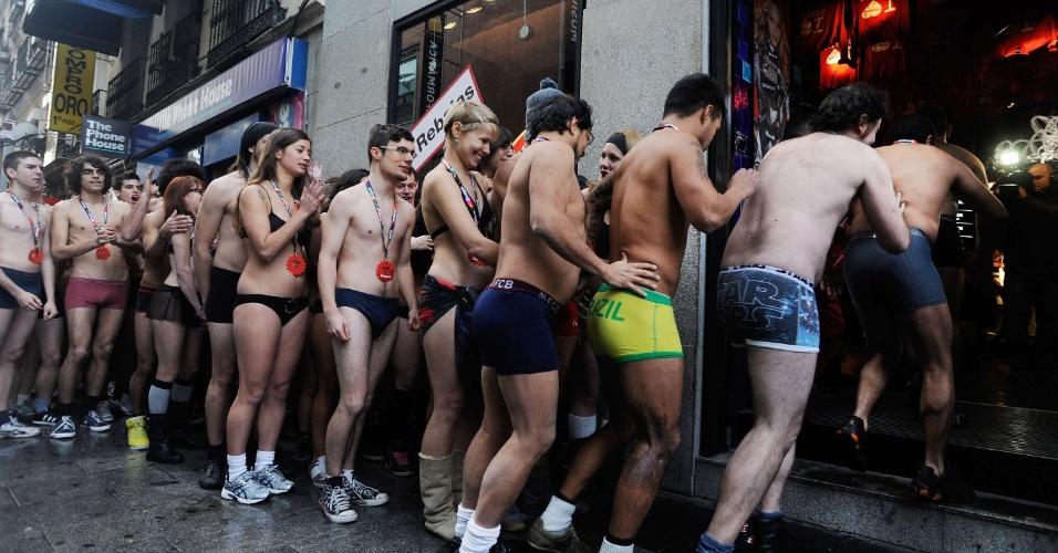 Uma pequena multidão de pelados (ou quase) fez fila e passou frio para ganhar roupas em Madri. A loja espanhola Desigual prometeu peças de graça aos 100 primeiros clientes seminus na inauguração de sua temporada de liquidação (2/1/2012)