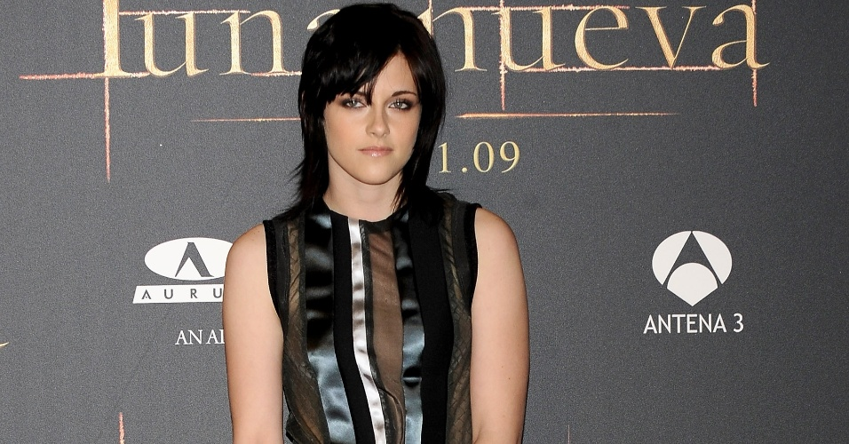 A atriz Kristen Stewart vestiu conjunto da Balenciaga da coleção Verão 2010 para a estreia espanhola de