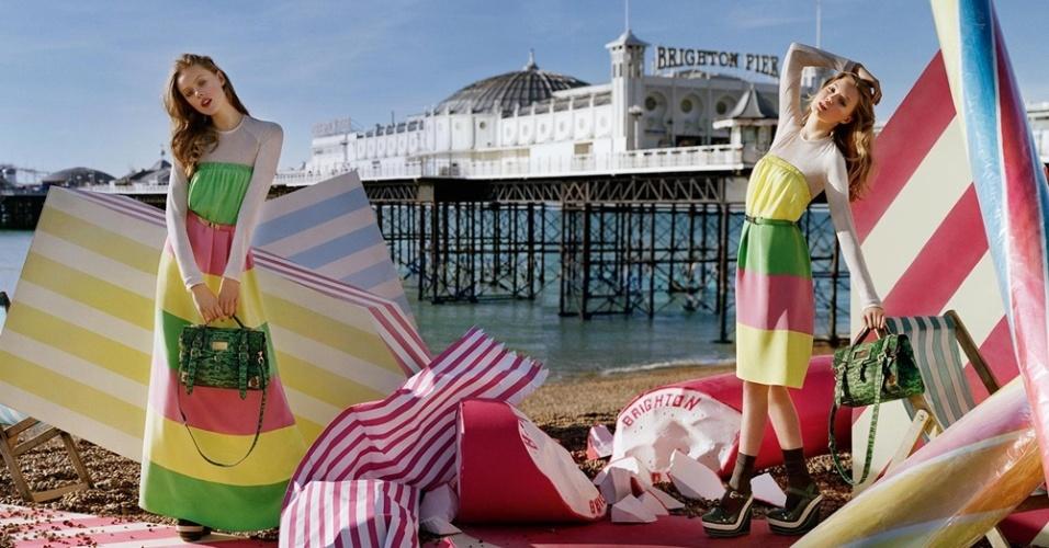 Janeiro: A Mulberry usou o famoso píer de Brighton, na Inglaterra, como pano de fundo para sua campanha Verão 2012 fotografada por Tim Walker. As tops Frida Gustavsson e Lindsey Wixson são as garotas-propaganda