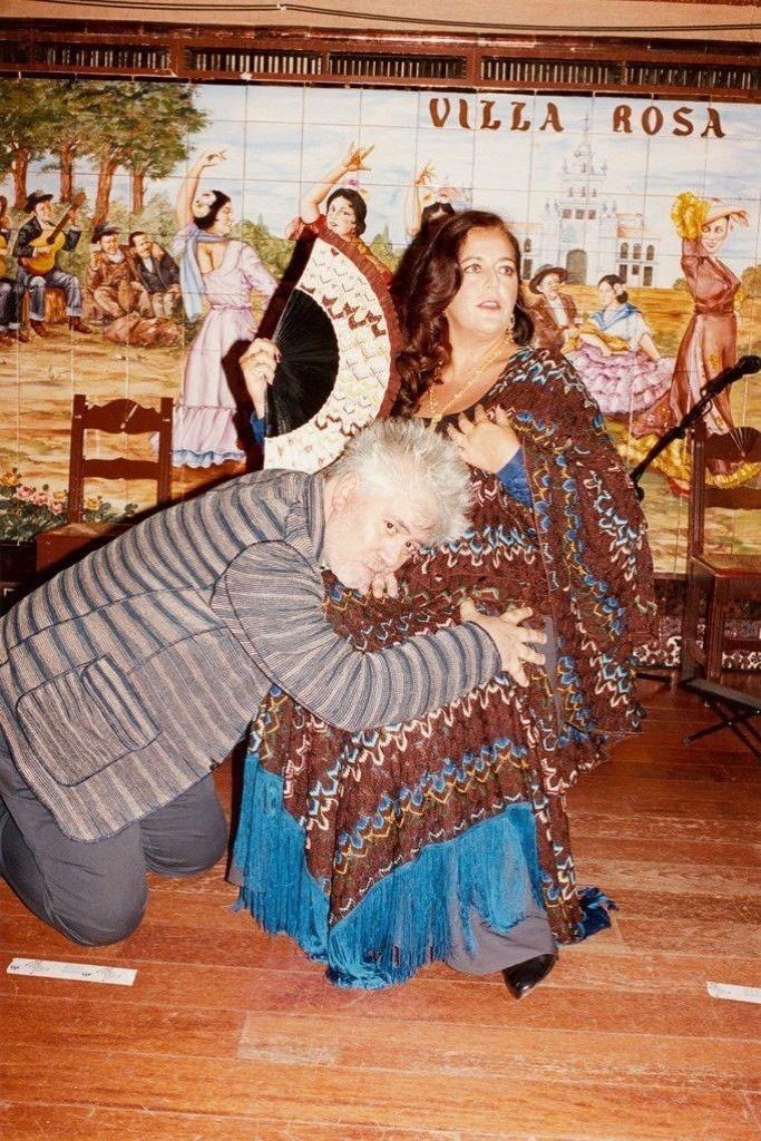 O cineasta espanhol Pedro Almodóvar foi o diretor da campanha de Verão 2012 da grife italiana Missoni. O fotógrafo Juergen Teller Angela Missoni e o cineasta em poses bizarras