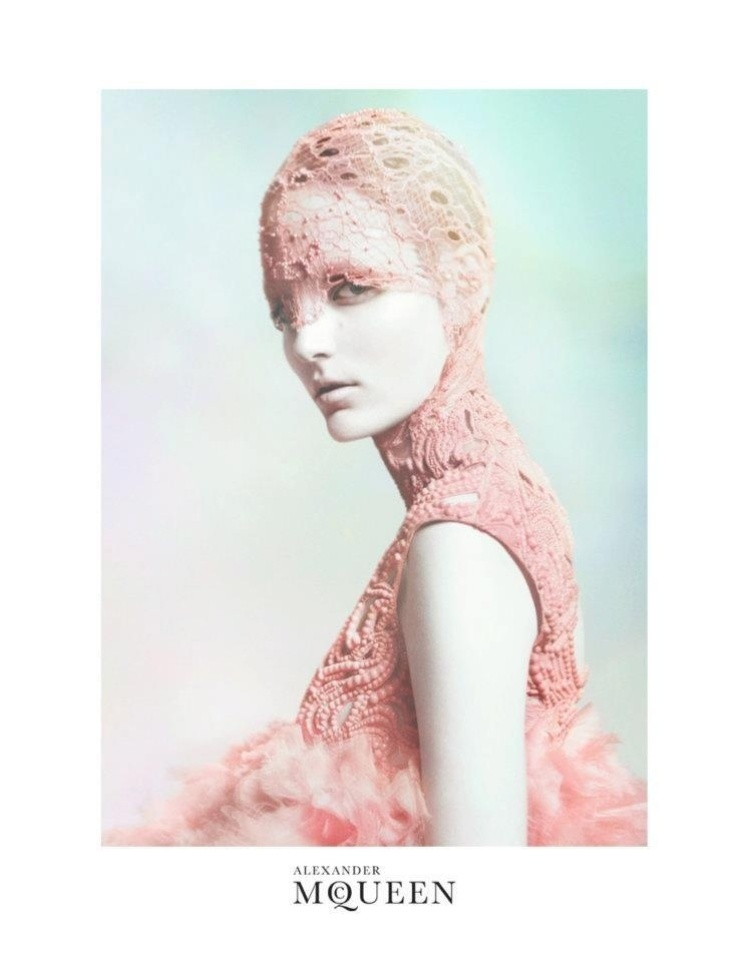 A campanha de Verão 2012 da Alexander McQueen tem a modelo Zuzanna Bijoch recoberta em renda, fotografada por David Sims