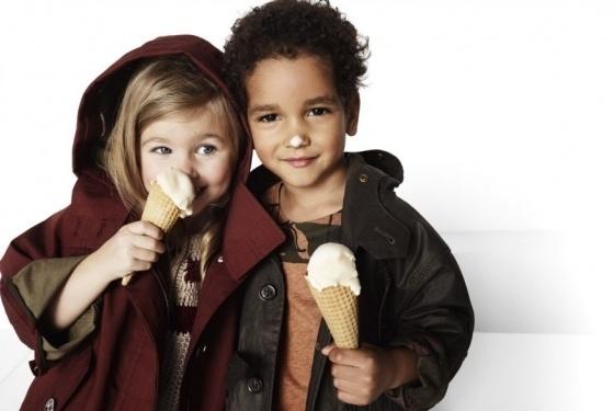 A linha da Burberry para crianças lança campanha com dois meninos brincando com sorvete