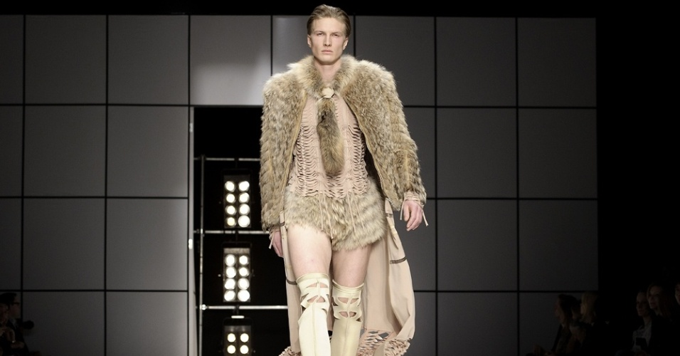Enquanto a semana de moda de Oslo baniu a pele animal de suas passarelas, a colega Copenhague dá destaque à casa de leilão especializada em peles Kopenhagen Fur, uma das patrocinadoras do evento, em desfile para o Inverno 2012 (01/02/2012)