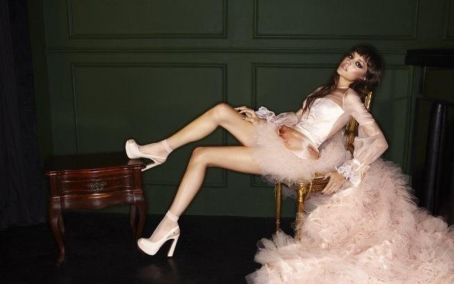 A cantora Mallu Magalhães estrela a campanha de Inverno 2012 da marca de sapatos My Shoes. Nas fotos de Fabio Bartelt, a cantora posa interpretando o tema