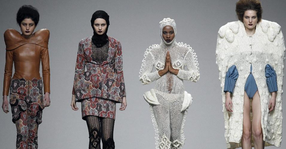 Modelos desfilam looks arquitetônicos e com grandes volumes do estilista andaluz Leandro Cano, durante a etapa