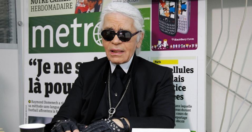 Karl Lagerfeld é o editor-chefe convidado do jornal Metro, em edição especial desta terça-feira (7 de fevereiro),. O estilista ainda contribuiu com suas ilustrações para a edição intitulada